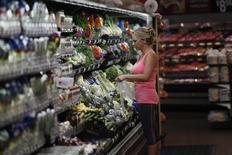 Una persona realiza sus compras al interior de un supermercado de la cadena Walmart en Rogers, EEUU, jun 6 2013. La confianza del consumidor de Estados Unidos bajó a comienzos de julio, mientras que un índice de las expectativas de los consumidores se debilitó por tercer mes consecutivo, mostró un sondeo divulgado el viernes.     REUTERS/Rick Wilking
