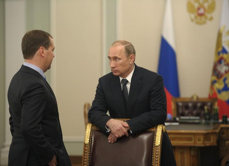 Russia's President Vladimir Putin (R) talks to Russia's Prime Minister Dmitry Medvedev before a meeting on economic issues at the Novo-Ogaryovo state residence outside Moscow July 17, 2014.  REUTERS/Alexei Druzhinin/RIA Novosti/Kremlin