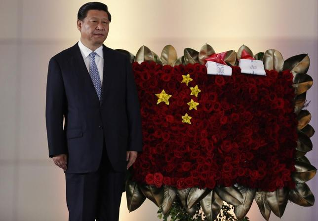 China's President Xi Jinping stands next to a flower arrangement depicting China's national flag during a ceremony at the National Pantheon in Caracas July 20, 2014.  REUTERS/Carlos Garcia Rawlins