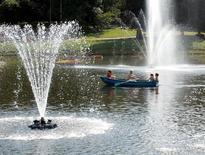 Люди катаются на лодке в одном из московских парков 6 августа 2004 года. Погода на рабочей неделе в Москве не обещает изменений и будет жаркой и преимущественно солнечной, ожидают синоптики. REUTERS/Viktor Korotayev