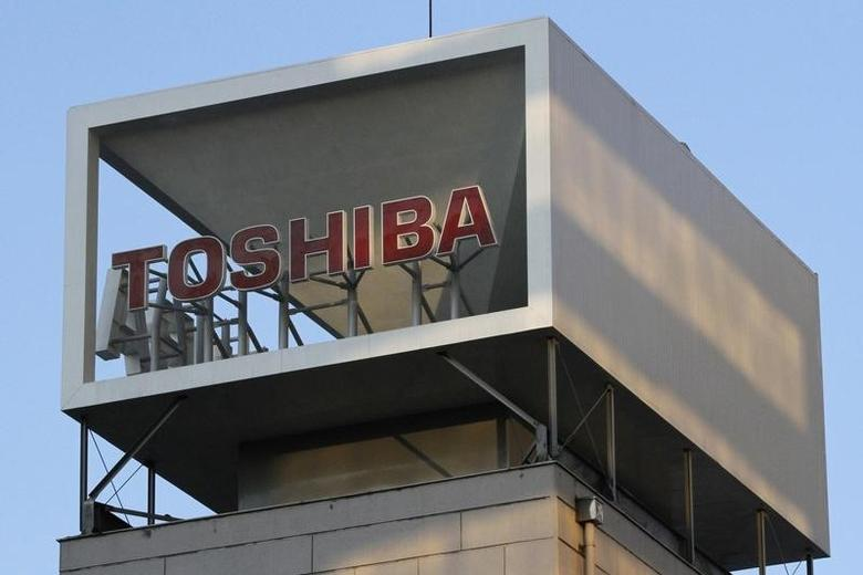 A logo of Toshiba Corp is seen atop of the company headquarters in Tokyo January 31, 2013.  REUTERS/Shohei Miyano