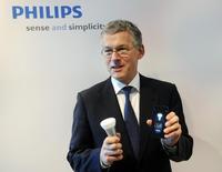 Le directeur général de Philips, Frans van Houten, montre une ampoule LED. Philips a annoncé lundi l'accélération du processus de transformation de sa branche éclairage pour s'adapter au remplacement progressif des ampoules traditionnelles par les produits LED (diodes électroluminescentes) plus performants et moins gourmands en énergie. /Photo d'archives/REUTERS/Toussaint Kluiters/United Photos