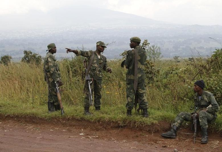Soldiers from the Democratic Republic of Congo (DRC) rest near the town of Kibumba at its border with Rwanda after fighting broke out in the Eastern Congo town June 11, 2014.  REUTERS/Kenny Katombe