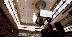 Un hombre conversa por teléfono móvil al interior de la Bolsa de Valores de Sao Paulo, ago 4 2011. El principal índice de acciones de Brasil subía levemente el lunes, afectado por la volatilidad por el vencimiento de opciones sobre acciones y por algunas tomas de ganancias, tras la fuerte subida de la sesión del viernes. REUTERS/Nacho Doce