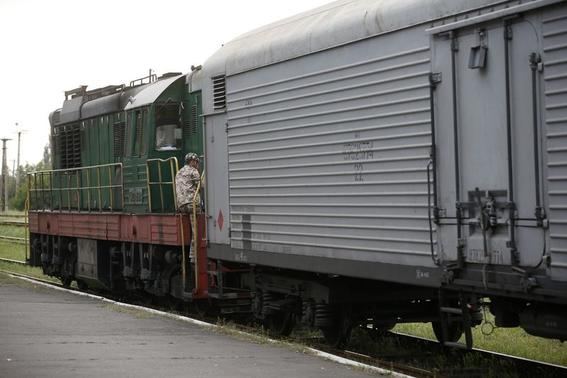 A train transporting the remains of victims from the crashed Malaysia Airlines MH17 flight departs from the railway station in the eastern Ukrainian town of Torez, Donetsk region July 21, 2014. REUTERS/Maxim Zmeyev
