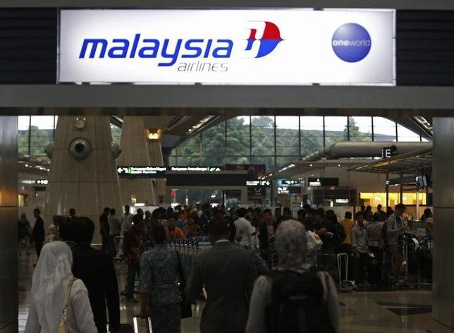 Passengers queue up at the Malaysia Airlines ticketing booth at the Kuala Lumpur International Airport in Sepang March 9, 2014. REUTERS/Edgar Su/Files