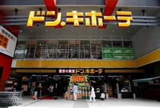 Le gouvernement japonais a légèrement abaissé sa prévision de croissance économique sur l'exercice budgétaire clos le 31 mars prochain, en raison d'exportations à la peine et d'un tassement de la demande plus marqué que prévu à la suite de la hausse de la TVA intervenue le 1er avril. /Photo prise le 28 lau 2014/REUTERS/Yuya Shino
