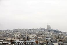 Gecina, dont le résultat récurrent net s'est contracté de 0,7% au premier semestre, confirme son objectif de résultat pour 2014 mais revoit à la baisse son programme d'investissements pour l'année. La société foncière, qui prévoyait initialement d'investir environ un milliard d'euros cette année, table désormais sur des investissements de l'ordre de 300 millions d'euros compte tenu de la hausse des prix observée sur le marché de l'immobilier de bureaux en Ile de France. /Photo d'archives/REUTERS/Charles Platiau