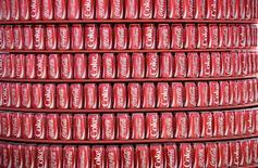 En la imagen, latas de Coca Cola son vistas en un establecimiento al interior de un estadio de fútbol en Natal, Brasil. 12 de junio, 2014. Coca-Cola Company reportó una caída del 3 por ciento en sus ganancias netas trimestrales, debido a la reestructuración de sus operaciones de elaboración de jugos en Rusia y tras la escisión de sus negocios de embotellamiento en Brasil el año pasado.  REUTERS/Dylan Martinez