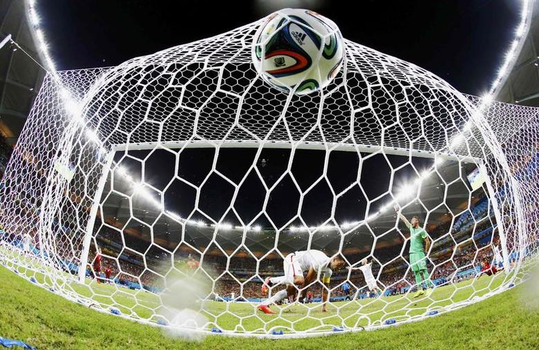 Clint Dempsey (C) of the U.S. knocks the ball into the net to score against Portugal during their 2014 World Cup Group G soccer match at the Amazonia arena in Manaus June 22, 2014. REUTERS/Siphiwe Sibeko