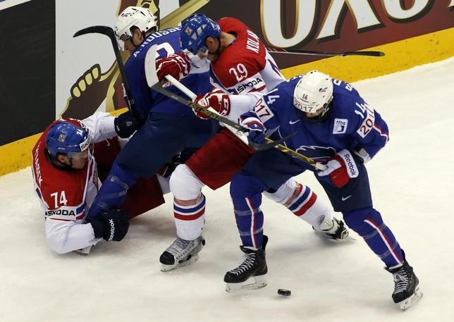 Ondrej Vitasek (L) and Jan Kolar (2nd R) of the Czech Republic battle for the puck with France's Antoine Roussel (2nd L) and Stephane da Costa (R) during the first period of their men's ice hockey World Championship Group A game at Chizhovka Arena in Minsk May 20, 2014. REUTERS/Vasily Fedosenko