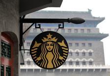 Imagen de archivo de una tienda de la cadena de cafeterías Starbucks en Pekín, abr 19 2012. El escándalo de seguridad de alimentos que afecta a China se propagó rápidamente el martes y arrastró a la cadena de cafés estadounidense Starbucks, al gigante de las hamburguesas Burger King Worldwide y a otras firmas, además de a productos de McDonald's en Japón. REUTERS/Jason Lee