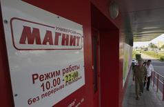 Люди у магазина Магнит на окраине Москвы 1 августа 2012 года. Чистая прибыль крупнейшего в РФ ритейлера Магнит выросла на 34,3 процента до $356,3 миллиона во II квартале 2014 года, значительно превысив прогнозы аналитиков. REUTERS/Sergei Karpukhin