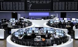 Трейдеры на торгах фондовой биржи во Франкфурте-на-Майне 23 июля 2014 года. Европейские фондовые рынки растут благодаря хорошим квартальным результатам компаний и вопреки возможным санкциям Евросоюза против России. REUTERS/Remote/Stringer