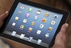 Quatre ans après sa sortie, l'iPad est en perte de vitesse mais Apple mise sur son partenariat avec International Business Machines pour relancer la tablette en l'engageant sur le marché encore largement inexploité de la clientèle d'entreprises. /Photo d'archives/REUTERS/Régis Duvignau