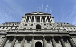 Вид на здание Банка Англии в Лондоне 7 августа 2013 года. Регуляторы Банка Англии обсуждали в июле, есть ли повод для раннего повышения ключевой ставки, но побоялись подорвать восстановление экономики, свидетельствует протокол последнего заседания. REUTERS/Toby Melville