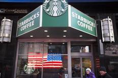 Pedestrians walk past a Starbucks store in the Manhattan borough of New York January 24, 2014.  REUTERS/Lucas Jackson