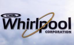 Логотип Whirlpool на двери фабрики в Кливленде, Теннесси, 21 августа 2013 года. Квартальная прибыль американской Whirlpool Corp снизилась на фоне сокращения продаж во всех регионах, кроме Северной Америки, сообщила компания в среду. REUTERS/Chris Berry