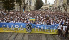 Torcedores do Dynamo Kiev e Shakhtar Donetsk particpam de passeata em prol de uma Ucrânia unida, em Lviv. 22/07/2014. REUTERS/Roman Baluk