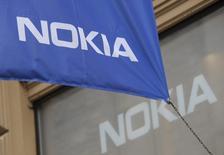 Логотип Nokia у магазина в Хельсинки 7 сентября 2012 года. Финский производитель телекоммуникационного оборудования Nokia увеличил рентабельность своего ключевого подразделения во втором квартале за счет сокращения расходов и теперь более оптимистично оценивает перспективы на весь год. REUTERS/Sari Gustafsson/Lehtikuva