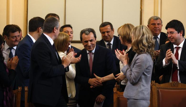 Bulgaria's outgoing Prime Minister Plamen Oresharski (C) shakes hands with members of his cabinet after the parliament voted his resignation in Sofia July 24, 2014. REUTERS/Stoyan Nenov