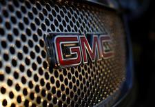 Логотип General Motors на автомобиле в Карлсбаде 4 января 2012 года. Прибыль автопроизводителя General Motors Co снизилась во втором квартале из-за продолжающихся отзывов продукции и ожидаемого взноса в фонд жертв автокатастроф с участием машин компании в размере $400 миллионов. REUTERS/Mike Blake