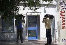 Cinegrafistas aguardam do lado de fora da sede da companhia aérea espanhola Swiftair, nos arredores de Madri. 24/07/2014. REUTERS/Andrea Comas