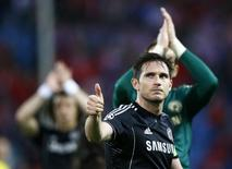 Chelsea's Frank Lampard acknowledges the crowd at the end of his team's Champion's League semi-final first leg soccer match against Atletico Madrid at Vicente Calderon stadium in Madrid, April 22, 2014.  REUTERS/Darren Staples