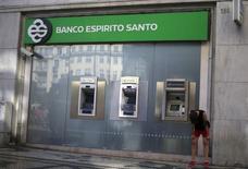 Espirito Santo Financial Group, principal actionnaire de la banque portugaise Banco Espirito Santo, a demandé jeudi à être placée en redressement judiciaire auprès des autorités luxembourgeoises pour se mettre à l'abri de 1,5 milliard d'euros de créances. /Photo prise le 22 juillet 2014/REUTERS/Rafael Marchante
