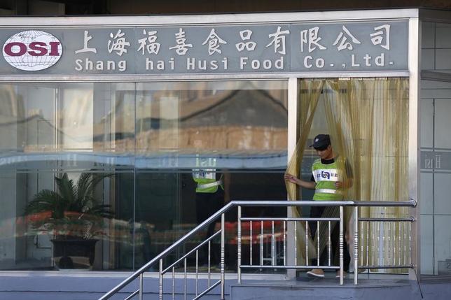 7月25日、使用期限切れ食肉問題が指摘されている中国の上海福喜食品に対し、昨年まで同社社員だった男性が、食肉生産日の改ざんを強制されたなどとして訴訟を起こしていたことが分かった。  写真は同社オフィス。24日撮影(2014年 ロイター /Aly Song)