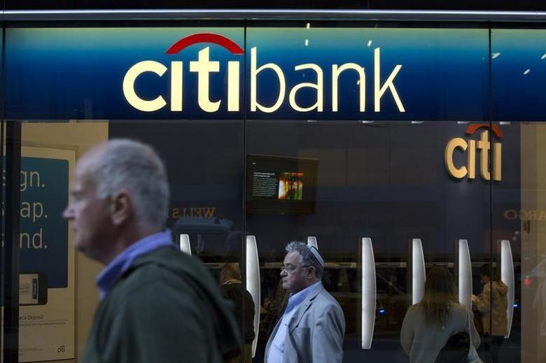 People walk past a Citibank branch in New York October 15, 2013.  REUTERS/Andrew Kelly