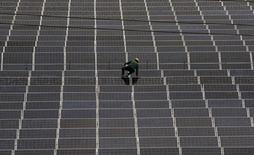 Les Etats-Unis ont imposé vendredi de nouveaux droits à l'importation sur les panneaux et cellules photovoltaïques chinois et taïwanais, le département du Commerce jugeant qu'ils sont vendus trop bon marché sur le territoire américain. /Photo prise le 24 juin 2014/REUTERS/William Hong
