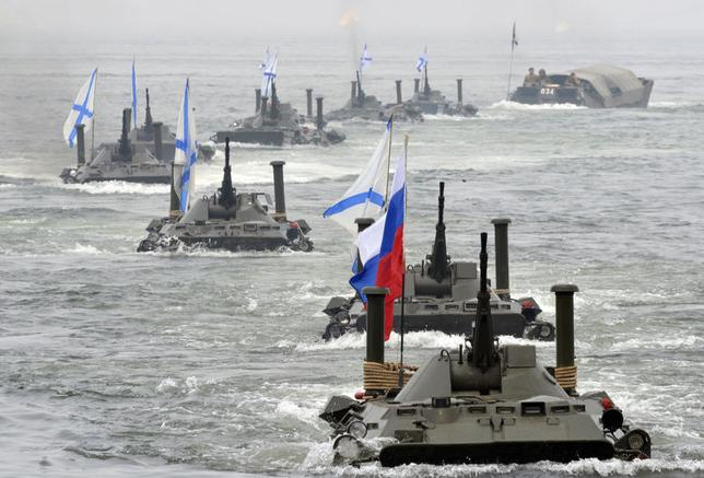 Russian amphibious vehicles move during a naval parade rehearsal in the far eastern port of Vladivostok, July 25, 2014. REUTERS/Yuri Maltsev