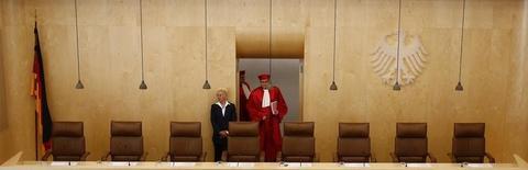 Un collectif d'enseignants a déposé auprès de la Cour constitutionnelle allemande un recours contre le projet européen d'union bancaire, qui doit être lancée en novembre, selon le Welt am Sonntag. /Photo prise le 18 mars 2014/REUTERS/Kai Pfaffenbach