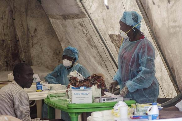 Health workers take blood samples for Ebola virus testing at a screening tent in the local government hospital in Kenema, Sierra Leone, June 30, 2014. REUTERS/Tommy Trenchard