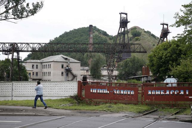 A man walks past a coal mine in the eastern Ukrainian city of Donetsk, July 8, 2014.   REUTERS/Maxim Zmeyev