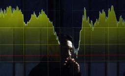График на экране брокерской конторы в Токио 5 февраля 2014 года. Азиатские фондовые рынки выросли в понедельник за счет отдельных отраслей. REUTERS/Yuya Shino