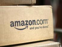 Коробка с логотипом Amazon.com в доме в Голдене, Колорадо 23 июля 2008 года. Американский интернет-ритейлер Amazon.com Inc предложил своим клиентам новый раздел 3D-печати, где покупатели смогут менять внешний вид продукции так, как им хочется. REUTERS/Rick Wilking