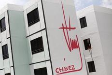 Imagen de archivo de un edificio decorado con la firma del ex mandatario Hugo Chávez en Ciudad Caribia, Venezuela, sep 29 2013. Tras la muerte de Hugo Chávez en marzo del año pasado, sus simpatizantes en Venezuela están haciendo todo lo posible para que su recuerdo no se desvanezca.  REUTERS/Jorge Silva