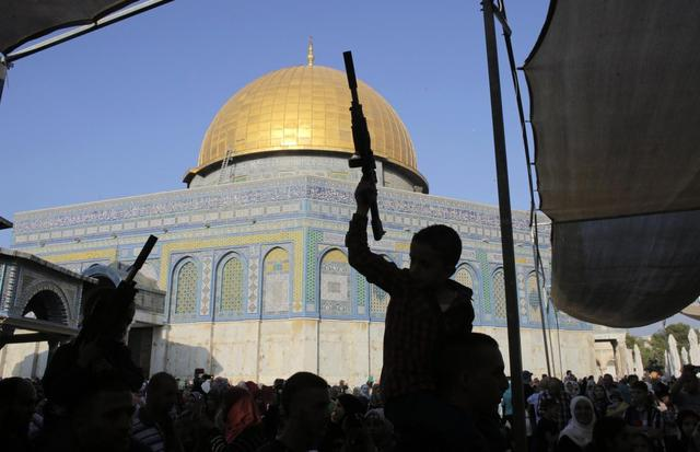Palestinian children hold toy guns in front of the Dome of the Rock during a protest on the compound known to Muslims as al-Haram al-Sharif and to Jews as Temple Mount in Jerusalem's Old City, against Israel's military offensive in Gaza July 28, 2014.  REUTERS/Ammar Awad