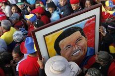 """Les partisans de l'ancien président vénézuélien Hugo Chavez ont trouvé une nouvelle façon d'honorer la mémoire de leur leader décédé en 2013 : la police de caractère """"ChavezPro"""". Un groupe de jeunes militants """"anti-impérialistes"""" à l'origine de cette initiative a utilisé et numérisé les lettres écrites par """"El Comandante"""" lorsque ce dernier était en prison après l'échec de son coup d'Etat en 1992. /Photo prise le 8 mars 2013//REUTERS/Carlos Garcia Rawling"""