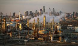 НПЗ Philadelphia Energy Solutions на фоне небоскребов Филадельфии 24 марта 2014 года. Цены на нефть снижаются за счет достаточного предложения на рынке при геополитических проблемах на Ближнем Востоке, Украине и в Африке. REUTERS/David M. Parrott
