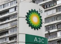 АЗС BP в Москве 22 октября 2012 года. Британская нефтяная компания BP повысила прибыль на 34 процента во втором квартале, превзойдя прогноз за счет повышения цен на нефть и газ и роста производства более рентабельной продукции. REUTERS/Maxim Shemetov