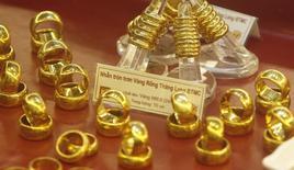 Золотые кольца в ювелирном магазине в Ханое 21 июня 2013 года. Цены на золото стабильны выше $1.300 за унцию при поддержке конфликтов на Ближнем Востоке и Украине, пока рынок ждет отчет о занятости в США и итоги совещания ФРС. REUTERS/Kham