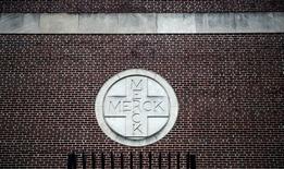 Merck & Co a enregistré des résultats meilleurs que prévu au titre du deuxième trimestre, les ventes de ses nouveaux médicaments ayant en grande partie compensé le repli de ses produits plus anciens concurrencés par les génériques. /Photo d'archives/REUTERS/Jeff Zelevansky