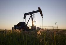 Нефтяной станок-качалка близ Калгари, Альберта, 21 июля 2014 года. Цены на нефть Brent малоподвижны в районе $107,50 за баррель, пока инвесторы ждут экономическую статистику США и итоги совещания ФРС. REUTERS/Todd Korol