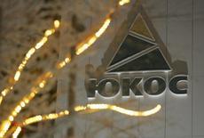 Офис Юкоса в Нефтеюганске 19 декабря 2004 года. Постановление суда, обязавшего Россию выплатить акционерам разрушенной нефтяной компании Юкос более $50 миллиардов, угрожает кредитному рейтингу России, сообщило рейтинговое агентство Moody's в среду. REUTERS/Sergei Karpukhin