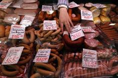 Мясные изделия на рынке в Санкт-Петербурге 5 апреля 2012 года. Рост потребительских цен в России с 22 по 28 июля был нулевым благодаря удешевлению овощей после инфляции в 0,1 процента неделей ранее, сообщил Росстат в среду. REUTERS/Alexander Demianchuk