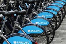 Логотип Barclays на велосипедах в Лондоне 6 февраля 2013 года. Базовая прибыль Barclays Plc снизилась на 8 процентов во втором квартале, поскольку подавленная активность на рынках и попытки банка отрегулировать торговлю рискованными активами отразились на результатах инвестиционного подразделения. REUTERS/Luke MacGregor