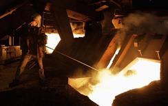 Рабочий на заводе в Донецке 26 июня 2012 года. Сокращение экономики Украины, три месяца воюющей с пророссийскими сепаратистами на востоке, ускорилось во втором квартале 2014 года до 4,7 процента в годовом выражении, с 1,1 в первом квартале, сообщил Госстат. Аналитики пророчат, что процесс будет лишь набирать обороты. REUTERS/Vasily Fedosenko